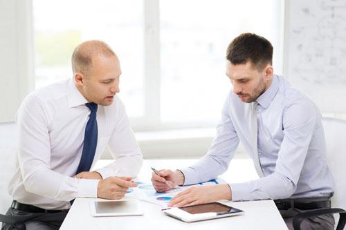 Geschäftsmänner mit Tablet im Büro
