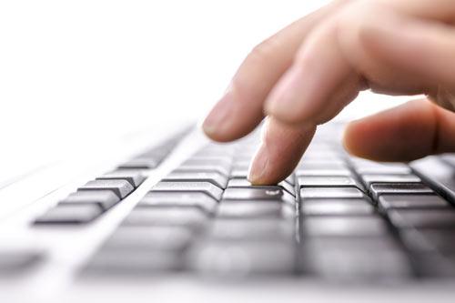 Frau tippt auf Tastatur