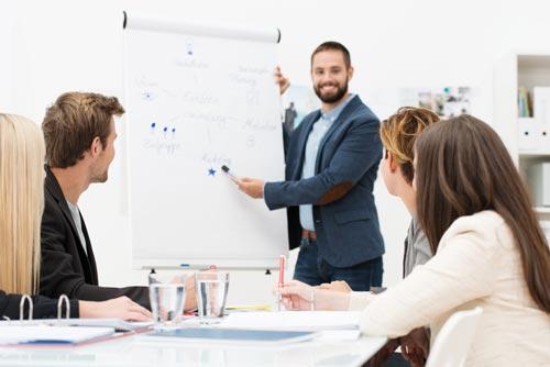 Junge Team bei Meeting mit Flipchart