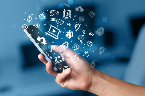 Hand hält Smartphone mit Symbolen und Icons