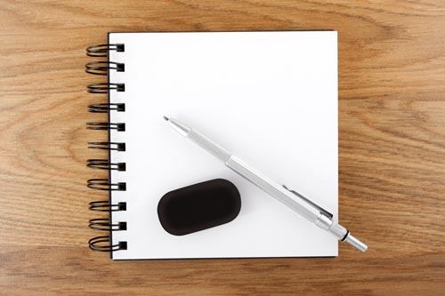 Notizblock mit Bleistift und Radiergummi