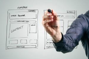 Mann zeichnet Webdesign-Konzept
