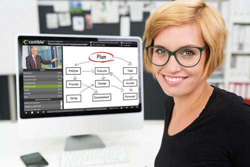 E-Learning Anwenderin vor PC