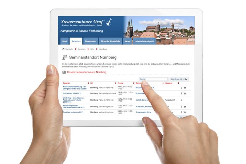 Hände halten weißes Tablet mit Seminar-Plattform
